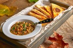 传统中东开胃菜Hummus服务用新鲜的皮塔饼面包和草本,晒干用额外处女橄榄油和辣椒粉 库存图片