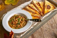 传统中东开胃菜Hummus服务用新鲜的皮塔饼面包和草本,晒干用额外处女橄榄油和辣椒粉 免版税库存图片