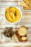 传统中东开胃菜Hummus服务用草本,晒干用在葡萄酒陶瓷板材 顶视图 图库摄影