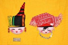 传统中国刺绣华丽服装的少数民族 免版税库存照片