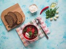 传统乌克兰俄国罗宋汤用在碗的白豆 免版税图库摄影