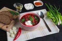 传统乌克兰俄国罗宋汤用在碗的豆 红色甜菜根在黑桌上的汤罗宋汤板材  库存图片