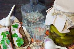 传统乌克兰和俄国开胃菜,当用餐时 食物,当喝酒精时 伏特加酒和三明治用烟肉、大蒜和p 免版税图库摄影