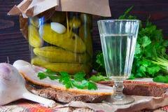 传统乌克兰和俄国开胃菜,当用餐时 食物,当喝酒精时 伏特加酒和三明治用烟肉、大蒜和p 库存图片