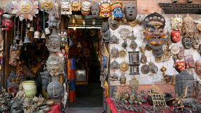 传统五颜六色的手工制造木面具和工艺品待售在加德满都,尼泊尔 纪念品店在Durbar  股票视频