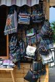 传统五颜六色的手工制造袋子在街市上 免版税图库摄影