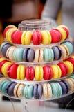 传统五颜六色的法国macarons是甜基于蛋白甜饼的混合药剂 免版税图库摄影