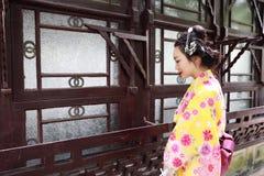 传统亚裔日本在graden的妇女新娘艺妓佩带的和服戏剧 免版税库存图片