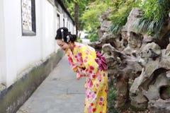 传统亚裔日本在graden的妇女新娘艺妓佩带的和服戏剧 免版税库存照片