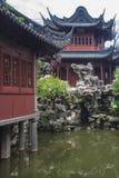 传统亭子在幸福上海,中国豫园庭院里  免版税库存图片