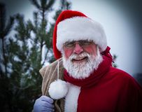 传统亲切的圣诞老人画象有黄麻袋子大袋的 库存图片