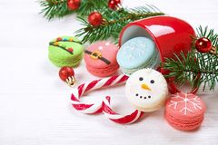 传统以雪人、雪花、圣诞树和圣诞老人` s的形式圣诞节主题的法国蛋白杏仁饼干甜点鼓起与cand 免版税库存图片