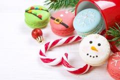 传统以雪人、雪花、圣诞树和圣诞老人` s的形式圣诞节主题的法国蛋白杏仁饼干甜点鼓起与cand 免版税库存照片