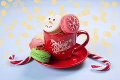 传统以雪人、雪花、圣诞树和圣诞老人` s腹部的形式圣诞节主题的法国蛋白杏仁饼干甜点有罐头的 图库摄影
