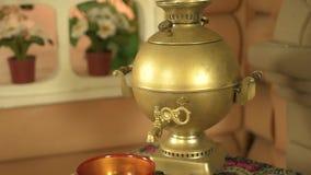 传统俄国人蛋糕和俄国式茶炊支柱在桌上 影视素材