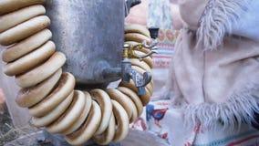 传统俄国式茶炊用百吉卷 ?? 传统俄国黄铜俄国式茶炊,好客的标志 酥脆百吉卷,烘干 股票录像