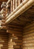 传统俄国木建筑,房子的角落有日志的,在房子的墙壁上的圆杆, 免版税图库摄影