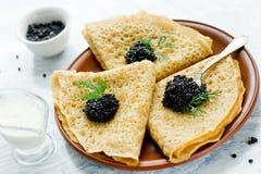 传统俄国薄煎饼用黑鱼子酱 库存照片