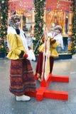 传统俄国衣裳的两个年轻美丽的夫人为照片摆在 免版税库存照片