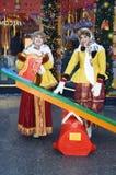 传统俄国衣裳的两个年轻美丽的夫人为照片摆在 免版税库存图片