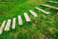 传统北欧海盗村庄 在山第一解决附近的木房子在冰岛 库存照片
