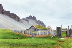 传统北欧海盗村庄 在山第一解决附近的木房子在冰岛 免版税图库摄影