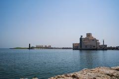 传统单桅三角帆船在伊斯兰教的艺术博物馆,多哈,卡塔尔附近停泊了 免版税库存图片