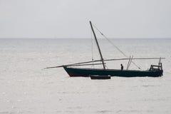 传统单桅三角帆船在印度洋在坦桑尼亚 免版税图库摄影