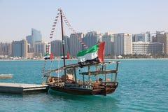 传统单桅三角帆船在阿布扎比 库存图片