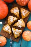 传统南瓜酥皮点心 自创三角南瓜烤饼用在蓝色背景的小南瓜 免版税图库摄影