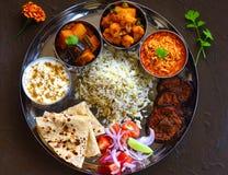 传统印地安人Thali或印地安膳食 免版税库存图片