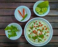 传统印地安烹调 自创黄瓜raita用酸奶、盐、薄菏、辣椒和香料在木背景 希腊tzatzi 图库摄影
