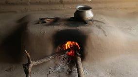 传统印地安石火炉 印度 在火炉的火焰 股票录像