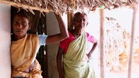 传统印地安莎丽服的一个未认出的印地安老妇人在照相机 股票录像