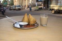 传统印度人柴奶茶和samosa 免版税库存照片