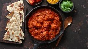 传统印度在生铁平底锅的鸡tikka masala辣咖喱肉食物 股票录像