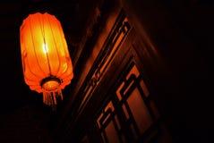传统历史中国村庄,与灯笼的大厦在黎明 库存图片