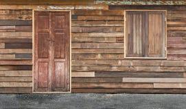 传统双重木门和窗口在老木墙壁上 免版税库存照片