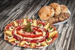 传统受欢迎的食家在老被风化的木庭院表上的开胃菜美味盘Meze集合 免版税库存图片