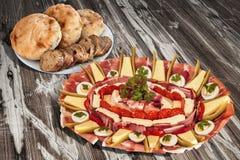传统受欢迎的食家在老被风化的木庭院表上的开胃菜美味盘Meze集合 免版税图库摄影