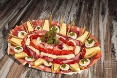 传统受欢迎的食家在老被风化的被上漆的破裂的木庭院表上的开胃菜美味盘Meze集合 图库摄影