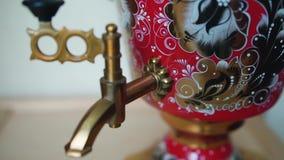 传统古板的俄国式茶炊在厨房,慢动作射击里 股票录像