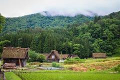 传统和历史日本村庄Shirakawago在岐阜县日本, Gokayama被题写了 免版税图库摄影