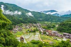 传统和历史日本村庄Shirakawago在岐阜县日本, Gokayama被题写了 免版税库存照片