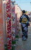传统和服礼服的日本夫人在Arashiyama,日本 免版税库存图片