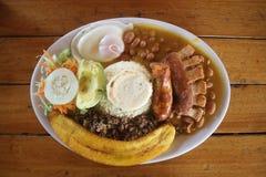 传统哥伦比亚的食物Bandeja Paisa 免版税图库摄影