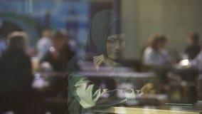传统回教hijab的在咖啡馆,困难沮丧的妇女在新的国家 股票视频