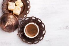 传统土耳其咖啡和土耳其快乐糖在白色破旧的木背景 平的位置 免版税库存图片