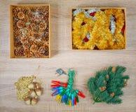 传统圣诞树装饰包括中看不中用的物品,冷杉球果,诗歌选光,闪烁诗歌选 免版税库存照片