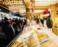 传统圣诞节市场食物市场摊位报亭 库存图片